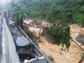 中国天气网广西站讯 受500百帕多波动东移影响,6月16日20时到17日08时,凌云县南部地区出现暴雨到大暴雨,局部特大暴雨。受特大暴雨影响,百色-凌云二级公路伶站乡九民村约200米弄孟屯处遭受洪涝灾害,道路损坏严重,庄稼被淹,具体受灾情况正在统计中。(图文/杨少秋)