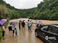 中国天气网广西站讯 受高空槽和低涡切变线影响,6月23日00时至23日10时,贺州市大部地区出现了暴雨,局部大暴雨天气。强降雨导致当地江河水位上涨明显,乡道多处出现山体滑坡、塌方,道路中断导致通行受阻。(文/毛琪 图/黎大美)