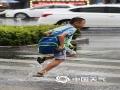 中国天气网广西站讯  8日至9日白天,广西强降雨区南扩,迎来本次过程暴雨范围最大时段。今天上午,南宁天气阴沉,大雨倾盆,部分路段出现积水,正值上班高峰期,交通受到一定影响。预计,今天白天到晚上,桂东、桂南仍有较强降雨,明天白天起雨势减弱,本轮强降雨趋于结束。(图/文 刘英轶)