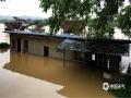 中国天气网广西站讯 7月8日晚到9日早晨,融水县部分乡镇遭遇强降雨袭击,由于本次强雨区与此前出现的大暴雨区重叠,加重了灾情。安陲乡、怀宝镇、香粉乡周边不少村屯房屋倒塌,低洼地带村民房屋被淹,乡镇路面严重塌方,目前,进出乡镇的主要道路被水淹,导致多趟班车停运。(文/史俊伟 图/谢恒)
