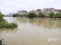 中国天气网广西站讯 7月6日晚至9日,河池市都安县普降暴雨到大暴雨。持续性强降雨造成澄江都安县城河段河水浑浊,水位上涨,接近警戒线水位。据气象观测资料显示,7月6日20时至7月9日20时,都安县累计降水量为104.9~368.3毫米,都安县城降雨量为199.8毫米。虽然本次强降雨已过,但公众仍应注意防范可能引发的次生灾害。(图/梁忠文/黄丹虹)