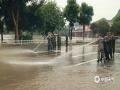 中国天气网广西站讯 近日,柳州全市出现了一次持续时间长、范围广、局地强度大的降雨天气过程,导致柳州市区的柳江流域水位上涨,今天(10日)凌晨3点45分更迎来了新一波洪峰水位,为83.26米,超警戒水位(82.5米)0.76米。不过今天下午,随着天气转晴,水位已陆续回落。趁此机会,当地武警官兵、消防队员、清洁工人和相关单位工作人员等迅速对路面开展清淤和消毒工作,确保洗过的路段交通和生活秩序恢复正常。(图/韦莉 文/廖婷婷)