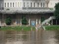 中国天气网广西站讯 据梧州市防汛抗旱指挥部消息,受上游来水影响,广西梧州市浔江、西江等主要江河水位持续上涨。7月10日21时,西江梧州水文站水位18.54米(警戒水位18.5米),超警戒水位0.04米,预计西江梧州站将于7月12日上午出现超警戒水位1.3米左右的洪水。图为梧州市提前关闭防洪堤闸门抵御西江洪水。(文/陈嘉谊 图/梁妙芝)