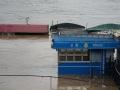 中国天气网广西站讯 据梧州市防汛抗旱指挥部消息,受上游来水影响,广西梧州市浔江、西江等主要江河水位持续上涨。7月10日21时,西江梧州水文站水位18.54米(警戒水位18.5米),超警戒水位0.04米,预计西江梧州站将于7月12日上午出现超警戒水位1.3米左右的洪水。图为设在河西老码头的警务室被淹。(文/陈嘉谊 图/梁妙芝)
