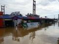 中国天气网广西站讯 据梧州市防汛抗旱指挥部消息,受上游来水影响,广西梧州市浔江、西江等主要江河水位持续上涨。7月10日21时,西江梧州水文站水位18.54米(警戒水位18.5米),超警戒水位0.04米,预计西江梧州站将于7月12日上午出现超警戒水位1.3米左右的洪水。图为西江梧州站已超过警戒水位,洪水淹没防洪堤外侧商铺。(文/陈嘉谊 图/梁妙芝)