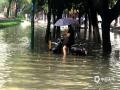 中国天气网广西站讯 昨天(12日)开始,桂林遭遇新一轮强降雨天气。截止到今天白天桂林市城区普降大暴雨、局地降雨量达到特大暴雨量级。市区多处内涝严重,解放桥下由于河水倒灌,积水最深达到一米,交通中断。此外,普陀路、万福路、会仙路等部分路段积水严重。(图/谢小燕   文/胡静)