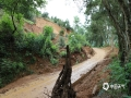 中国天气网广西站讯 13日早至15日,百色那坡县出现了中到大雨,局部有暴雨到大暴雨天气过程。7月14日,G219喀纳斯至东兴线K9415+950那坡县百南乡上隆村路段、G219喀纳斯至东兴线K9390+180那坡县百省乡百坎村等多处路段因强降雨导致上边坡塌方,覆盖整幅路面,交通中断,所幸无人员伤亡。目前,养护部门已在中断路段两头设置好交通告示牌及安全标志,进入现场抢通,提醒往百南方向的过往车辆绕道S518、X782行驶。(文/李红 图/刘金海)