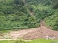 中国天气网广西站讯 15日上午9时后,百色德保上空的降雨云系突然加强,下起了漂泊大雨,德保南部、东部乡镇均出现强降雨,最严重的是燕峒乡和足荣镇。燕峒乡兴旺村和足荣镇两小时最大降雨量分别为102.6毫米、114.5毫米。强降雨出现后,足荣镇老坡村山洪爆发,雨水夹着泥土冲下农庄,给道路及住房造成一定损坏;足荣、燕峒多条道路出现塌方,交通出现暂时中断;部分农作物被淹,城乡不同程度出现积涝。(图文/梁泽诚)