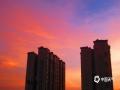 中国天气网广西站讯 在经历了几场强降雨天气后,7月17日,来宾市天气转晴,受台风外围气流影响,天气变热,但是天空出现了漂亮晚霞。(图/韦毅 苏庆红 文/苏庆红)