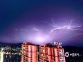 中国天气网广西站讯 7月19日傍晚,横县城区上空乌云密布,电闪雷鸣。一场暴雨袭击整个县城,城区一小时降雨量达108.9毫米,造成横县茉莉花大道、西南茶城、柳明路、公园路段等多处内涝,部分沿路门店被雨水淹入,多处电车、汽车被积水浸泡。(文/黄庆平  图/卜军波 甘励)