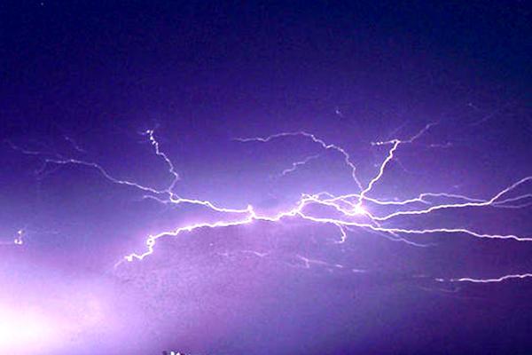 横县电闪雷鸣暴雨如注