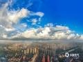 中国天气网广西站讯 7月26日,雨后清晨的钦州市城区空气显得格外的清新,朝霞绚丽,云海翻腾,云雾弥漫,波澜壮阔,蔚为壮观。图为:云雾如梦如幻,十分唯美。(图文/李斌喜)