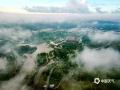 中国天气网广西站讯 7月26日,雨后清晨的钦州市城区空气显得格外的清新,朝霞绚丽,云海翻腾,云雾弥漫,波澜壮阔,蔚为壮观。图为:在清晨朝晖的渲染下,云雾如玉带般环绕钦州园博园。(图文/李斌喜)