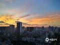 中国天气网广西站讯 26日傍晚,南宁又用绚丽多姿的晚霞给晴热的一天降下了帷幕。(图韦坚 陈设广)