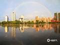 中国天气广西站讯 7月29日傍晚,一场雨过后,横县城区上空出现了两道绚丽的彩虹,吸引下班的人们围观拍摄。(文/黄庆平 图/卜军波)