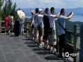 中国天气网广西站讯 炎炎夏日,白云飘飘,最是喜欢看那山青水秀,前往浙江杭州千岛湖看风景就是暑期旅游的选择之一。今天(30日)虽然气温节节爬升,但是看到碧水蓝天,碧波荡漾,心情也是舒畅。受副热带高压影响,明后两天继续晴热高温的天气,想去旅游的朋友请注意防暑防晒。(图文/韦群英)