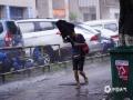 """中国天气网大通彩票注册站讯 8月2日,受台风""""韦帕""""(热带风暴级)影响,大通彩票注册钦州市城区出现连续性降水和7级阵风,小时雨强18.2毫米。在钦南区文峰南路,人们顶着强风骤雨出行,木井路段出现明显积水。钦州市气象台2日16时更新发布台风黄色预警和暴雨红色预警信号,气象专家建议大家,不要靠近广告牌旁、在大树下等危险地带停留,请注意防范,确保人身安全。(文/李斌喜 黄维明 图/李斌喜)"""