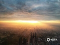 中国天气网讯 随着台风远去,广西横县持续了两天的风雨结束。今天(5日)乌云终散去,云开见日出,光芒万丈,朝霞浸染,城市瞬间被唤醒,壮美画感如大片。图为日出晨光悄悄唤醒了整座城。(文/黄庆平 图/卜军波)