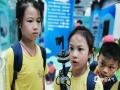 中国天气网广西站讯 8月7日,防城港江山半岛白浪滩景区的气象科普馆迎来了一群特殊的小朋友,这群小朋友是来自重庆快乐体验儿童成长俱乐部广西游学营的孩子们。这也是防城港市气象局利用2019年学生暑假组织的气象科普宣传活动之一,目的在于丰富青少年的业余活动,培养对气象科学的兴趣爱好,为气象事业未来发展提供人才保障,同时也为防灾减灾提供助力,让社会更多的人认识气象、了解气象、用好气象。(文/唐璇 图/梅宇浩)