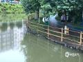 中国天气网站讯 8月11日清晨六点,还在睡梦中的武宣市民被一声声雷鸣惊醒,醒来时窗外已经是一片噼里啪啦的下雨声。这场大雨持续到上午10时,雨势汹汹导致很多地势低洼的地方出现积水,农田被淹,景观湖水上涨,给市民的出行造成了极大不便。据气象部门观测数据显示,达到暴雨级别的乡镇共有八个,其中最大雨量出现在武宣县三里镇,154毫米。(图文/陈凤梅)