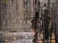 广西新闻网南宁讯(记者 潘晓明)8月14日,自治区气象台发布高温蓝色预警,14日白天全区大部地区最高气温34-36℃,局部37℃以上。8月13-14日,在南宁市区,炎炎夏日里市民们开启高温避暑模式。孩子们在南宁市民族大道一处喷泉玩耍消暑。广西新闻网实习生 尚天宇摄