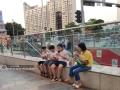 广西新闻网南宁讯(记者 潘晓明)8月14日,自治区气象台发布高温蓝色预警,14日白天全区大部地区最高气温34-36℃,局部37℃以上。8月13-14日,在南宁市区,炎炎夏日里市民们开启高温避暑模式。市民在南宁市朝阳广场地铁口吃冰淇淋。广西新闻网实习生 左美玲摄