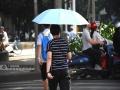 广西新闻网南宁讯(记者 潘晓明)8月14日,自治区气象台发布高温蓝色预警,14日白天全区大部地区最高气温34-36℃,局部37℃以上。8月13-14日,在南宁市区,炎炎夏日里市民们开启高温避暑模式。南宁市新民路上,行人打伞避暑。广西新闻网实习生 尚天宇摄