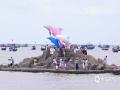 中国天气网广西站讯 8月16日,广西为期3个半月的休渔期结束。当天上午,在广西钦州三娘湾,2019年钦州开海节暨三娘湾海豚音乐嘉年华活动在雷雨中如期举行。中午时分,200艘渔船从三娘湾景区母猪石至天涯石海域同时出航,锣鼓、鸣笛,千帆竞发,岸上载歌载舞,欢送出海,庆祝丰收。(图/李斌喜 文/韦嘉铭)