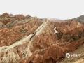 中国天气网广西站讯 进入暑期,甘肃张掖丹霞国家地质公园迎来旅游旺季。造型奇特、气势磅礴的丹霞地貌吸引了大量游人前来观光。  七彩丹霞地貌群位于甘肃省张掖市,平均海拔1850米,东西长约45公里,南北宽约10公里,以其面积大、层理交错、色彩斑斓而令人叹为观止。穿过峡谷,眺望四周,随处可见红、黄、橙、绿、白、青灰、灰黑、灰白等多种鲜艳的色彩,把无数沟壑、山丘装点得绚丽多姿。置身于这七彩缤纷的世界中,满眼都是层理交错的线条,就如同进入了一个彩色的童话世界。(文/胡静 图/刘晓君)