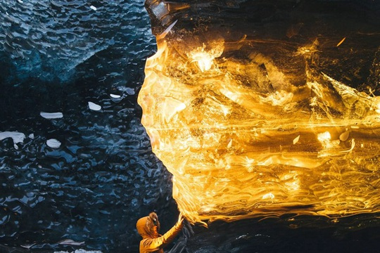 冰岛冰洞现罕见一幕