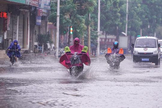 钦州:强降雨道路积水