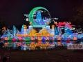 """9月1日晚,南宁市青秀山风景区打造的""""庆祝中华人民共和国成立70周年暨迎中秋""""青秀山灯展进行试亮灯,现场灯光璀璨、美轮美奂。该灯展位于青秀山新东区,占地约500亩,斥资千万元打造,将于9月6日至10月20日每天18时~23时亮起。图为试亮灯效果(局部)。记者唐辉吉摄(广西新闻网-南国早报)"""