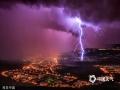 2014年7月16日消息(具体拍摄时间不详),意大利的里雅斯特遇雷雨天气,闪电照亮暴风雨天空,穿透厚厚的乌云,景象壮观。(chinafotopress/版权图片 来源视觉中国)