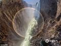 2016年3月22日讯(具体拍摄时间不详),这些无人机航拍照片展现了维多利亚瀑布的壮美,更捕捉到了难得一见的环形彩虹。维多利亚瀑布位于非洲赞比亚和津巴布韦接壤的地方,是非洲最大的瀑布,也是世界上最大和最美丽的瀑布之一,瀑布奔入玄武岩峡谷,水雾形成的彩虹远隔二十公里以外就能看到。但是环形彩虹并不常见,它只能从上方俯瞰才能看到,因为这是一种光学现象,人们不可能触碰,甚至不可能接近它。(AirPano/视觉中国/版权图片 来源视觉中国)