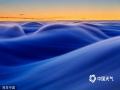 2017年1月11日消息(具体拍摄时间不详),捷克Jested山上覆盖的浓雾如同大海的波涛。山上起伏的雾气就像海浪一般划过天际,呈现出各种颜色。风光摄影师Martin Rak前往捷克利贝雷克附近的Jested山,在日出时分拍下这些动人图片。(Martin Rak/版权图片 来源视觉中国)