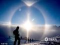 当地时间2014年1月15日,德国奥伯斯多夫,太阳光形成日晕光环。(Thomas Niedermueller/Getty Ima/版权图片 来源视觉中国)