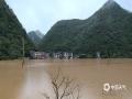 中国天气网广西站讯 9月8~10日,受低涡切变线影响,广西百色市那坡县大部出现中雨到大雨,局部出现暴雨到大暴雨天气,造成坡荷乡善合村四棍屯出现内涝,低洼处民房被淹,群众被困。图为10日,那坡县坡荷乡善合村四棍屯被淹。(文/谭金闪 图片由当地群众提供)