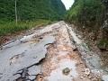 中国天气网广西站讯 9月8~10日,受低涡切变线影响,广西百色市那坡县大部出现中雨到大雨,局部出现暴雨到大暴雨天气,造成坡荷乡善合村四棍屯出现内涝,低洼处民房被淹,群众被困。图为通往龙合乡的柏油路被雨水冲刷,损毁严重。(文/谭金闪 图片由当地群众提供)