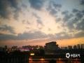 中国天气网广西站讯 9月20日傍晚,斑斓的晚霞映照在广西南宁城区之上,构成一幅宜人的画卷。(文/周玉 图/韦坚)