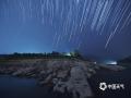 中国天气网广西站讯 5日晚,摄影师在来宾市武宣县勒马滩和旧码头,站在水里3小时,终于拍到了这两张绝美的星轨大片。(文/苏庆红 图/翟锋)