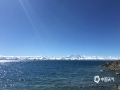 中国天气网广西站讯 10月4日,在蓝天白云映衬之下,西藏纳木错碧波荡漾的湖面与白雪皑皑的雪山仿佛融为一体,纯净得宛如童话世界一般。据了解,由于地处高寒地区,纳木错湖面每年11月就开始结冰,直到次年4月才能融化,结冰期长达五个月。(图/滕永湃 文/赵林)