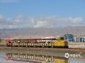 中国天气网广西站讯 茶卡盐湖是位于青海省海西蒙古族藏族自治州乌兰县茶卡镇南侧的天然结晶盐湖,深秋10月,在太阳的映衬下天空特别蓝,湖水清澈透明,站在结晶的盐面上,能清晰地看到自己和天空、云朵以及周围盐雕的纯净倒影,仿佛行走在天空之间。这里还有一辆小火车,可以带着人们走进盐湖的深处。(图文/莫申萍)