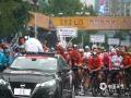 中国天气网广西站讯 10月22日,2019年环广西公路自行车世界巡回赛进入最后一日的争夺战,车手们雨中竞速争夺赛事总冠军。在今日的桂林城市赛段中,来自全球18支顶级职业车队的车手们从桂林市中心广场出发,一路疾驰168.3公里,最终回到桂林市中心广场。尽管阴雨绵绵,当天比赛仍受到桂林市民和游客的热烈欢迎,车手们所到之处均赢得了赛道沿途观众的热情欢呼和鼓励。(文/胡静 图/杨艳丽)
