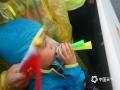 中国天气网广西站讯 10月22日,2019年环广西公路自行车世界巡回赛进入最后一日的争夺战,车手们雨中竞速争夺赛事总冠军。在今日的桂林城市赛段中,来自全球18支顶级职业车队的车手们从桂林市中心广场出发,一路疾驰168.3公里,最终回到桂林市中心广场。尽管阴雨绵绵,当天比赛仍受到桂林市民和游客的热烈欢迎,车手们所到之处均赢得了赛道沿途观众的热情欢呼和鼓励。图为小观众吹喇叭为选手加油。(文/胡静 图/杨艳丽)