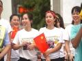 中国天气网广西站讯 10月22日,2019年环广西公路自行车世界巡回赛进入最后一日的争夺战,车手们雨中竞速争夺赛事总冠军。在今日的桂林城市赛段中,来自全球18支顶级职业车队的车手们从桂林市中心广场出发,一路疾驰168.3公里,最终回到桂林市中心广场。尽管阴雨绵绵,当天比赛仍受到桂林市民和游客的热烈欢迎,车手们所到之处均赢得了赛道沿途观众的热情欢呼和鼓励。图为观众十分热情。(文/胡静 图/杨艳丽)