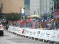 中国天气网广西站讯 10月22日,2019年环广西公路自行车世界巡回赛进入最后一日的争夺战,车手们雨中竞速争夺赛事总冠军。在今日的桂林城市赛段中,来自全球18支顶级职业车队的车手们从桂林市中心广场出发,一路疾驰168.3公里,最终回到桂林市中心广场。尽管阴雨绵绵,当天比赛仍受到桂林市民和游客的热烈欢迎,车手们所到之处均赢得了赛道沿途观众的热情欢呼和鼓励。图为路边站满了观众。(文/胡静 图/杨艳丽)