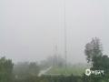 中国天气网广西站讯 今天(22日)清晨,由于地面辐射降温,宁明大部地区出现了辐射雾,县城的最低能见度不足100米,县城及各乡镇到处都是白茫茫一片,放眼望去远处的景物仿佛蒙上了一层白纱,让人看不真切。宁明县气象台于22日04时50分发布大雾橙色预警信号。(文/陆小晓 图/严凤婷)