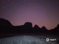 中国天气网广西站讯 12月7日凌晨3时许,在南宁市隆安县更望湖,星空、远山和荞麦花海组成美丽风景,甚是好看。图为更望湖秋夜的星空花海。(文/苏庆红 图/黎道席)