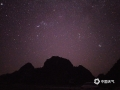中国天气网广西站讯 12月7日凌晨3时许,在南宁市隆安县更望湖,星空、远山和荞麦花海组成美丽风景,甚是好看。图为更望湖秋夜星空璀璨。(文/苏庆红 图/黎道席)