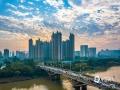 中国天气网广西站讯 12月9日早晨,随着太阳渐渐升起,广西钦州市区的上空出现绚丽多彩的朝霞,一会儿红彤彤的,一会儿金灿灿的……美到让人心醉。(文/黄维明 图/李斌喜)